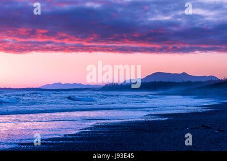 Le coucher du soleil, Long Beach, parc national Pacific Rim, l'île de Vancouver, Colombie-Britannique, Canada. Banque D'Images