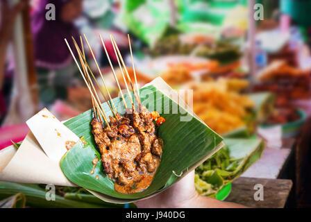 Poulet satay indonésien servi dans des feuilles sur le marché de l'alimentation Banque D'Images