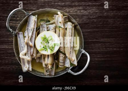Frais fruits de mer portugais shell rasoir à la vapeur dans l'ail herb sauce vin blanc Banque D'Images