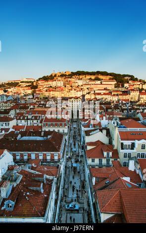 Le centre historique et le château Sao Jorge au coucher du soleil. Lisbonne, Portugal Banque D'Images