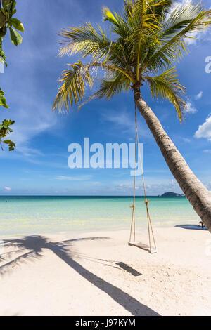 Swing attaché à un palmier dans l'idyllique plage de Bai Sao dans l'île de Phu Quoc au Vietnam dans le golfe de Banque D'Images