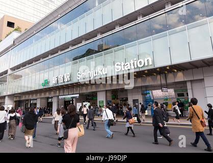 TOKYO JAPON 11 mai 2017: Entrée de Poste Shinjuku de Tokyo, quartier des affaires. Banque D'Images