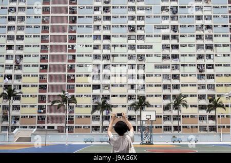 Hong Kong, Chine. 17 mai, 2017. Un touriste prend des photos de Choi Hung Estate à Hong Kong, Chine du sud, le 17 Banque D'Images