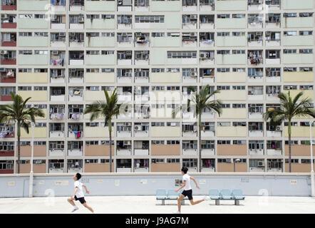 Hong Kong, Chine. 17 mai, 2017. Deux garçons courir devant Choi Hung Estate à Hong Kong, Chine du sud, le 17 mai Banque D'Images
