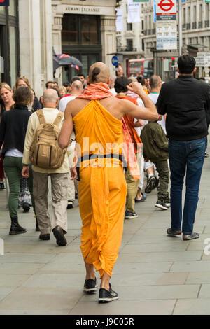 Hare Krishna dévots chantant et dansant sur Regent Street au centre de Londres, UK