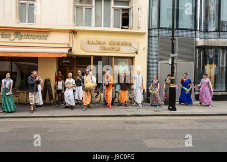 Les dévots danser et chanter à l'extérieur du Temple Radha-Krishna dans Soho Street, London, UK