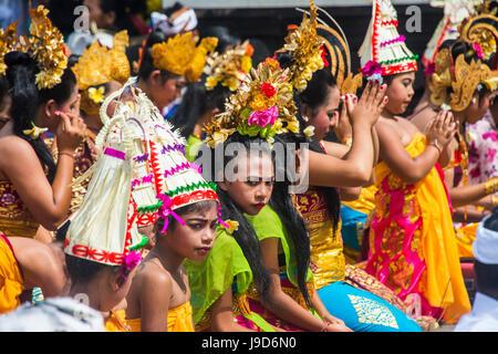 Pèlerins priant dans le temple Pura Ulun Danu Bratan, Bali, Indonésie, Asie du Sud, Asie