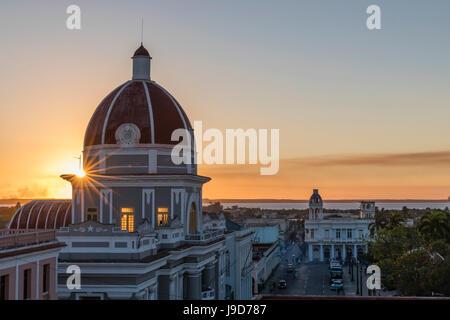 Antiguo Ayuntamiento, accueil de l'édifice du gouvernement provincial au coucher du soleil, l'UNESCO, Cienfuegos, Banque D'Images