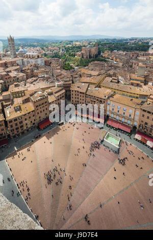 Vue de dessus de la Piazza del Campo avec les bâtiments historiques et la fontaine Fonte Gaia, Sienne, l'UNESCO, Banque D'Images