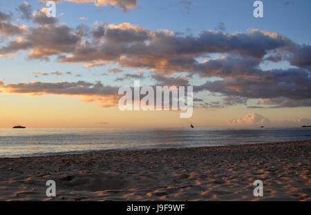 Beau cadre tranquille le lever du soleil sur la mer Méditerranée sur Casta Rei Beach sur l'île de Sardaigne en Italie Banque D'Images