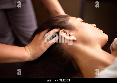 Woman having head massage au spa Banque D'Images