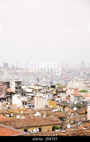 Toits plats avec chaînes à Istanbul, Turquie. Banque D'Images