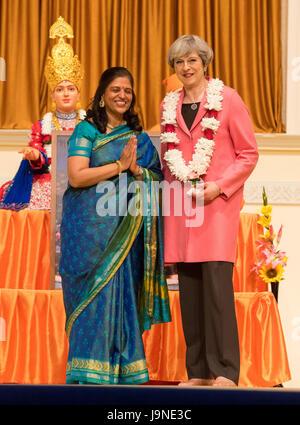 Premier ministre Theresa peut, au cours de sa visite à l'Hindu Temple, Temple BAPS Shri Swaminarayan Mandir, à Neasden, Banque D'Images