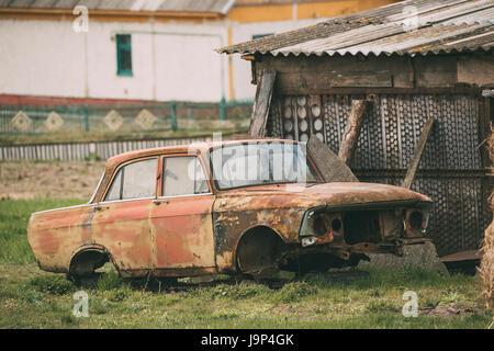Vieille voiture rouillée s'est écrasé cassé abandonné dans la campagne. Accident de voiture Banque D'Images