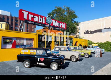 """Monde Trabi, un musée Trabant """"safari"""" et visite de la ville, emplacement Zimmerstrasse, Berlin, Allemagne Banque D'Images"""