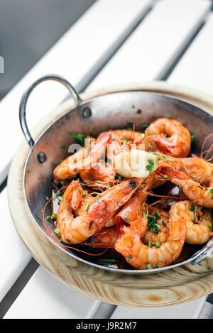 L'ail et aux fines herbes portugais des crevettes fraîches bouillies tapas set Banque D'Images