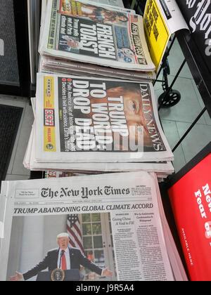 Les titres des journaux de New York, le vendredi 2 juin 2017, rapport sur le Président Donald Trump le retrait des États-Unis de l'accord climatique de Paris. (© Richard B. Levine)