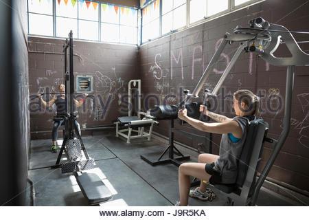 Fit woman en haltérophilie sport graveleux Banque D'Images