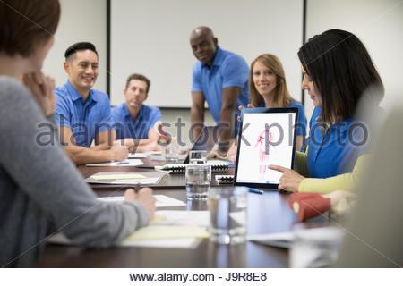 Les physiothérapeutes de la formation, à l'aide de tablette numérique dans la salle de conférence réunion Banque D'Images