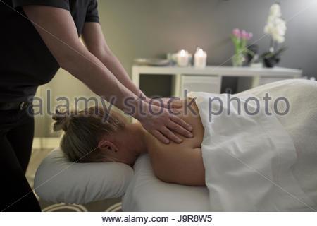 Woman receiving massage sur table de massage spa Banque D'Images