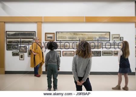 Docent expliquant photographie pièce les élèves sur le terrain dans la guerre Banque D'Images
