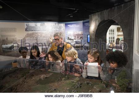 Docent et les étudiants à la recherche à l'exposition sur le terrain dans la guerre Banque D'Images