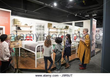 Docent expliquant aux étudiants sur la pièce en sortie de musée chaud Banque D'Images