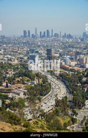 Après-midi vue aérienne de Los Angeles skyline avec la route de Hollywood Bowl donnent sur, Californie Banque D'Images