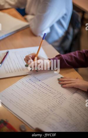 L'étudiant libre de mains sur la table de l'école en classe l'écriture sur ordinateur portable. L'apprentissage, Banque D'Images