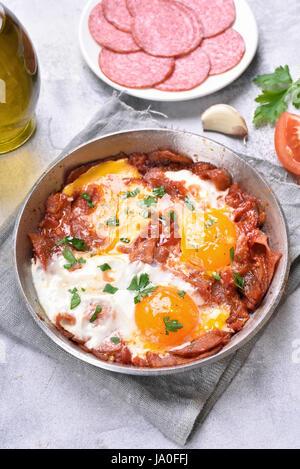Petit-déjeuner avec les œufs et le bacon dans une poêle à frire Banque D'Images