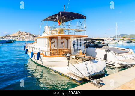 Motor Yacht de luxe à Ibiza (Eivissa) port sur l'île d'Ibiza, Espagne Banque D'Images