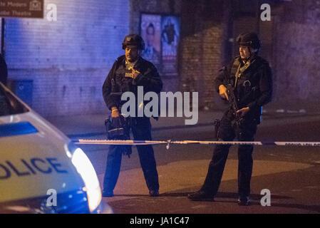 Londres, Royaume-Uni. 4 juin 2017. Des cordons de police à autour de Borough Market et du London Bridge après une attaque terroriste. Crédit: Peter Manning / Alamy Live News