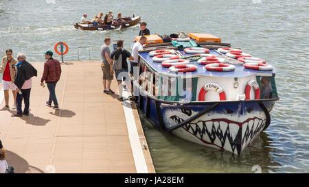 Bristol, Angleterre - le 17 juillet 2016: Les passagers à bord d'un ferry de la ville de Bristol's port flottant.