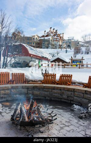 Un feu autour duquel les skieurs peuvent se réchauffer et prendre une pause à Beaver Creek, une station de ski à Banque D'Images