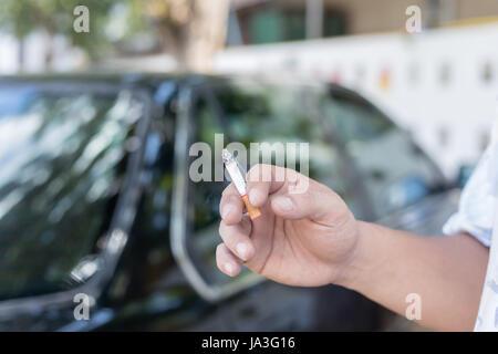 Main de l'homme qui fume
