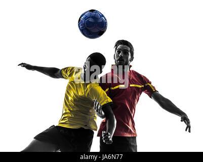 Deux hommes joueur de football jouer au football pour lutter contre la concurrence une boule en silhouette sur fond Banque D'Images