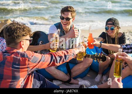 Groupe d'amis sur le drindking beach party Banque D'Images