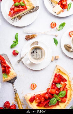 Mise à plat avec gâteau au fromage aux fraises Banque D'Images