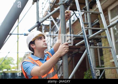 Builder sur place la mise en place d'échafaudages