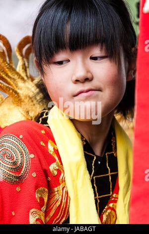 Image enfant asiatique, Japonais, fille, 6-7 ans, la tête et épaules vue, à la coy, ennuyé qu'elle considère quelque Banque D'Images