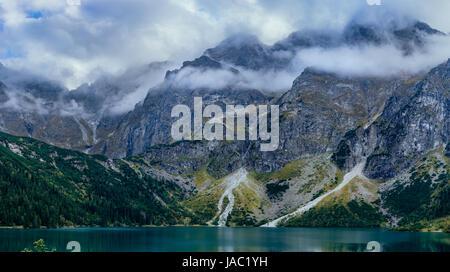 Panorama de montagnes spectaculaires. Gamme de montagne au-dessus du lac Morskie Oko, Parc National des Tatras, Banque D'Images