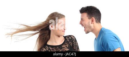 L'homme criant à une femme isolée sur fond blanc Banque D'Images
