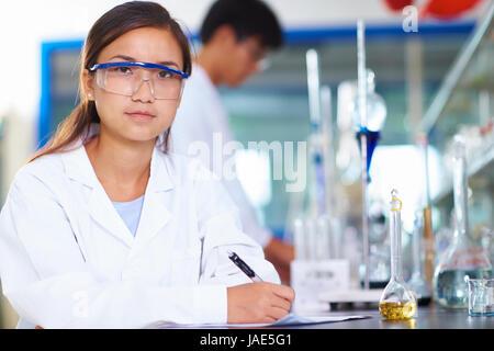 Une femme chercheur en laboratoire chinois travaillant au laboratoire avec des tubes à essai