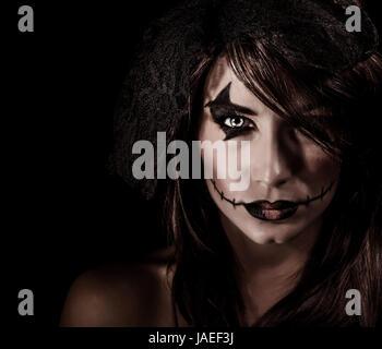 Portrait sorcière terrifiante isolé sur fond noir, femme séduisante avec Scary Halloween Party, maquillage, concept Banque D'Images