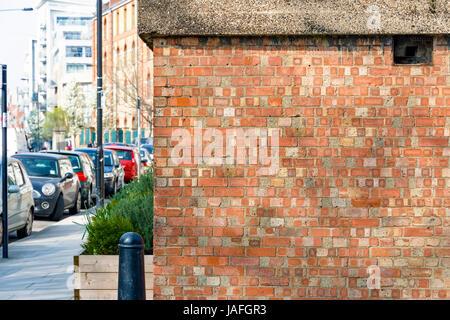 Mur de brique rouge avec une rue de Londres dans l'arrière-plan