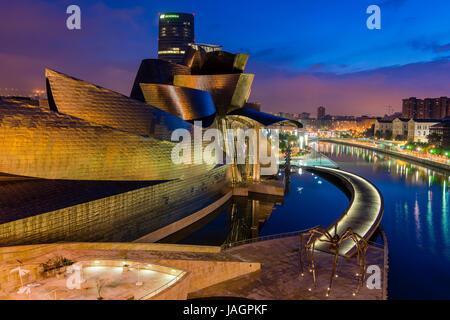 Musée Guggenheim de Bilbao, de nuit, Pays Basque, Espagne Banque D'Images