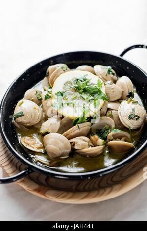 Les palourdes étuvées portugais dans l'ail et le vin blanc aux herbes sauce aux fruits de mer Banque D'Images