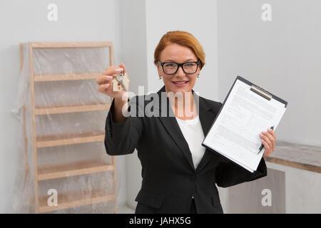 Agent immobilier propose de signer un accord pour louer appartement, appareil photo a porté sur la face. Banque D'Images