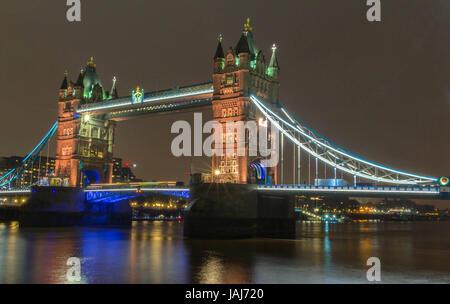 Le Tower Bridge le soir, Londres, Royaume-Uni. Banque D'Images