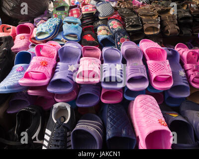 Le marché en plein air quotidien dans Şəki Shaki (transcrit ou Sheki) dans le nord de l'Azerbaïdjan dispose de chaussons Banque D'Images